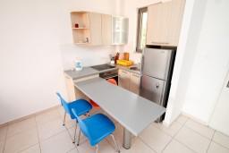 Кухня. Бечичи, Черногория, Бечичи : Современный апартамент для 3-5 человек, 2 отдельные спальни, с балконом с видом на море