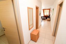 Коридор. Бечичи, Черногория, Бечичи : Современный апартамент для 3-5 человек, 2 отдельные спальни, с балконом с видом на море