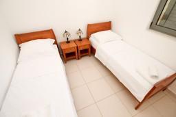 Спальня 2. Бечичи, Черногория, Бечичи : Современный апартамент для 4-6 человек, 2 отдельные спальни, с балконом с видом на море
