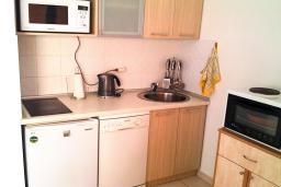 Кухня. Бечичи, Черногория, Бечичи : Студия для 3-6 человек, с большой террасой