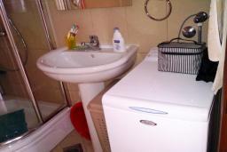 Ванная комната. Бечичи, Черногория, Бечичи : Студия для 3-6 человек, с большой террасой