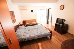 Спальня. Бечичи, Черногория, Бечичи : Апартамент для 9-10 человек, с 3 отдельными спальнями, с гостиной, комнаты объединены общим приватным двориком-террасой со своей жаровней