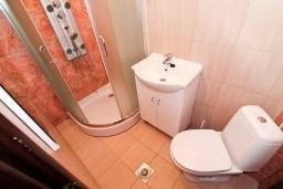 Ванная комната. Бечичи, Черногория, Бечичи : Апартамент для 9-10 человек, с 3 отдельными спальнями, с гостиной, комнаты объединены общим приватным двориком-террасой со своей жаровней