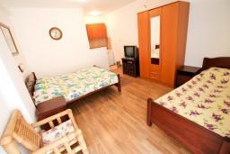 Спальня 3. Бечичи, Черногория, Бечичи : Апартамент для 9-10 человек, с 3 отдельными спальнями, с гостиной, комнаты объединены общим приватным двориком-террасой со своей жаровней