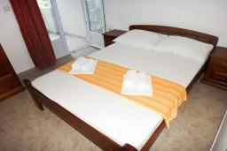 Спальня. Будванская ривьера, Черногория, Петровац : Апартамент в Петроваце с балконом в 250 метрах от моря