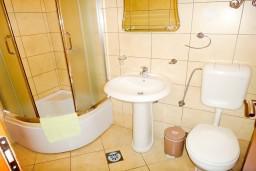 Ванная комната. Будванская ривьера, Черногория, Петровац : Апартамент в Петроваце с балконом в 250 метрах от моря