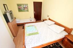 Будванская ривьера, Черногория, Петровац : Комната на 3 персоны, с кондиционером, видом на море, с общей кухней