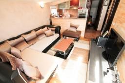 Гостиная. Будванская ривьера, Черногория, Петровац : Апартамент для 4-5 человек, 2 отдельные спальни, с видом на море