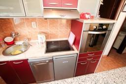 Кухня. Будванская ривьера, Черногория, Петровац : Апартамент для 4-5 человек, 2 отдельные спальни, с видом на море