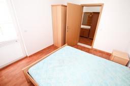Спальня. Будванская ривьера, Черногория, Петровац : Апартамент с отдельной спальней, в 10 метрах от пляжа Петроваца