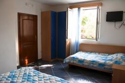 Спальня. Будванская ривьера, Черногория, Булярица : 2-х этажный дом с 2-мя спальнями,  с 2-мя ванными комнатами, с зеленым садом, Wi-Fi, на территории мангал для шашлыка.