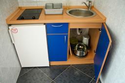 Кухня. Будванская ривьера, Черногория, Булярица : 2-х этажный дом с 2-мя спальнями,  с 2-мя ванными комнатами, с зеленым садом, Wi-Fi, на территории мангал для шашлыка.