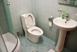 Ванная комната. Будванская ривьера, Черногория, Булярица : 2-х этажный дом с 2-мя спальнями,  с 2-мя ванными комнатами, с зеленым садом, Wi-Fi, на территории мангал для шашлыка.