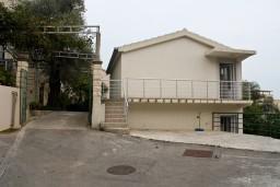 Фасад дома. Бечичи, Черногория, Бечичи : 2-х этажный дом с 2-мя отдельными спальнями, 2-мя гостиными, 2-мя ванными комнатами, с большой террасой  с огромным зонтом, столом и стульями.