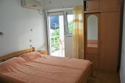 Спальня. Бечичи, Черногория, Бечичи : 2-х этажный дом с 2-мя отдельными спальнями, 2-мя гостиными, 2-мя ванными комнатами, с большой террасой  с огромным зонтом, столом и стульями.
