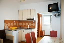 Гостиная. Бечичи, Черногория, Бечичи : 2-х этажный дом с 2-мя отдельными спальнями, 2-мя гостиными, 2-мя ванными комнатами, с большой террасой  с огромным зонтом, столом и стульями.