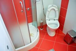Ванная комната. Бечичи, Черногория, Бечичи : 2-х этажный дом с 2-мя отдельными спальнями, 2-мя гостиными, 2-мя ванными комнатами, с большой террасой  с огромным зонтом, столом и стульями.