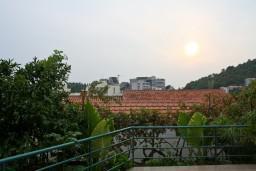 Вид. Бечичи, Черногория, Бечичи : 2-х этажный дом с 2-мя отдельными спальнями, 2-мя гостиными, 2-мя ванными комнатами, с большой террасой  с огромным зонтом, столом и стульями.