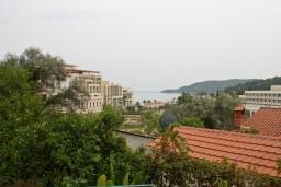 Вид на море. Бечичи, Черногория, Бечичи : 2-х этажный дом с 2-мя отдельными спальнями, 2-мя гостиными, 2-мя ванными комнатами, с большой террасой  с огромным зонтом, столом и стульями.