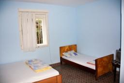 Спальня. Будванская ривьера, Черногория, Петровац : 2-х этажный дом для 14-17 человек, 6 спален, 5 ванных комнат, с зеленым садом, во дворе растёт 200-летняя маслина