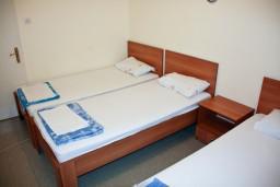 Спальня 2. Будванская ривьера, Черногория, Петровац : 2-х этажный дом для 14-17 человек, 6 спален, 5 ванных комнат, с зеленым садом, во дворе растёт 200-летняя маслина