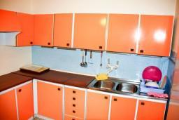 Кухня. Будванская ривьера, Черногория, Петровац : 2-х этажный дом для 14-17 человек, 6 спален, 5 ванных комнат, с зеленым садом, во дворе растёт 200-летняя маслина