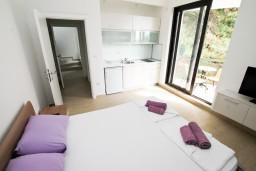 Студия (гостиная+кухня). Будванская ривьера, Черногория, Петровац : Современная студия в 200 метрах от моря
