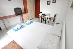 Спальня. Будванская ривьера, Черногория, Петровац : Апартамент для 5 человек, с 3-мя отдельными спальнями, с террасой