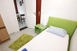 Спальня 2. Будванская ривьера, Черногория, Петровац : Апартамент для 5 человек, с 3-мя отдельными спальнями, с террасой
