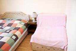 Спальня. Будванская ривьера, Черногория, Петровац : Комната для 2-3 человек, с балконом с видом на море