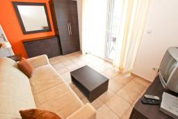 Гостиная. Будванская ривьера, Черногория, Петровац : Апартамент с отдельной спальней, с балконом с видом на море
