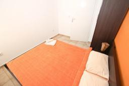 Спальня. Будванская ривьера, Черногория, Петровац : Апартамент с отдельной спальней, с балконом с видом на море