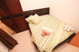 Спальня. Будванская ривьера, Черногория, Петровац : Современный апартамент с отдельной спальней, с балконом с видом на море