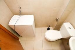 Ванная комната. Будванская ривьера, Черногория, Петровац : Современный апартамент с отдельной спальней