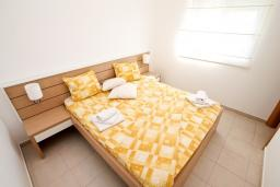 Спальня 2. Будванская ривьера, Черногория, Петровац : Современный апартамент для 4-6 человек, 2 спальни, с балконом с видом на море