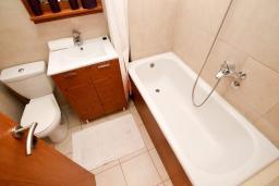 Ванная комната. Будванская ривьера, Черногория, Петровац : Современный апартамент для 4-6 человек, 2 спальни, с балконом с видом на море