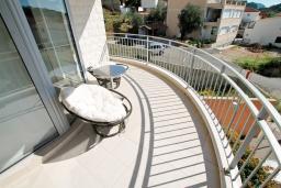 Балкон. Будванская ривьера, Черногория, Петровац : Современный апартамент для 4-6 человек, 2 спальни, с балконом с видом на море