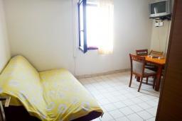 Гостиная. Будванская ривьера, Черногория, Петровац : Апартамент с отдельной спальней, на самом берегу моря