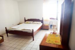 Спальня. Будванская ривьера, Черногория, Петровац : Апартамент с отдельной спальней, на самом берегу моря