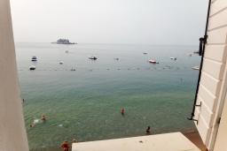 Вид на море. Будванская ривьера, Черногория, Петровац : Апартамент с отдельной спальней, на самом берегу моря