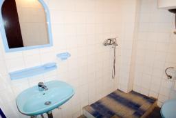 Ванная комната. Будванская ривьера, Черногория, Петровац : Апартамент с отдельной спальней, на самом берегу моря