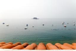 Вид на море. Будванская ривьера, Черногория, Петровац : Апартамент для 6 человек, 2 отдельные спальни, с террасой с шикарным видом на море, вблизи пляжа
