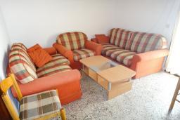 Гостиная. Будванская ривьера, Черногория, Петровац : Апартамент для 6 человек, 2 отдельные спальни, с террасой с шикарным видом на море, вблизи пляжа