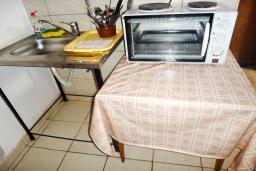 Кухня. Будванская ривьера, Черногория, Петровац : Апартамент для 6 человек, 2 отдельные спальни, с террасой с шикарным видом на море, вблизи пляжа