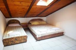 Спальня 2. Будванская ривьера, Черногория, Петровац : Апартамент для 6 человек, 2 отдельные спальни, с террасой с шикарным видом на море, вблизи пляжа