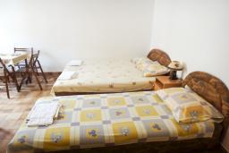 Будванская ривьера, Черногория, Петровац : Студия для 3 человек, на самом берегу моря