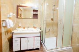 Ванная комната. Будванская ривьера, Черногория, Петровац : Семейный люкс с видом на море
