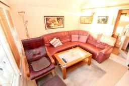 Гостиная. Будванская ривьера, Черногория, Святой Стефан : 2-х этажный апартамент для 5-6 человек, 3 спальни, с большой гостиной и кухней