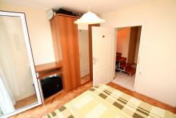 Спальня. Будванская ривьера, Черногория, Святой Стефан : 2-х этажный апартамент для 5-6 человек, 3 спальни, с большой гостиной и кухней