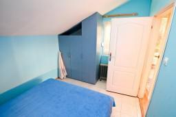 Спальня 2. Будванская ривьера, Черногория, Святой Стефан : 2-х этажный апартамент для 5-6 человек, 3 спальни, с большой гостиной и кухней